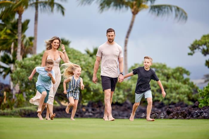 Alex Smith, wife Liz, and their three kids, in Hawaii